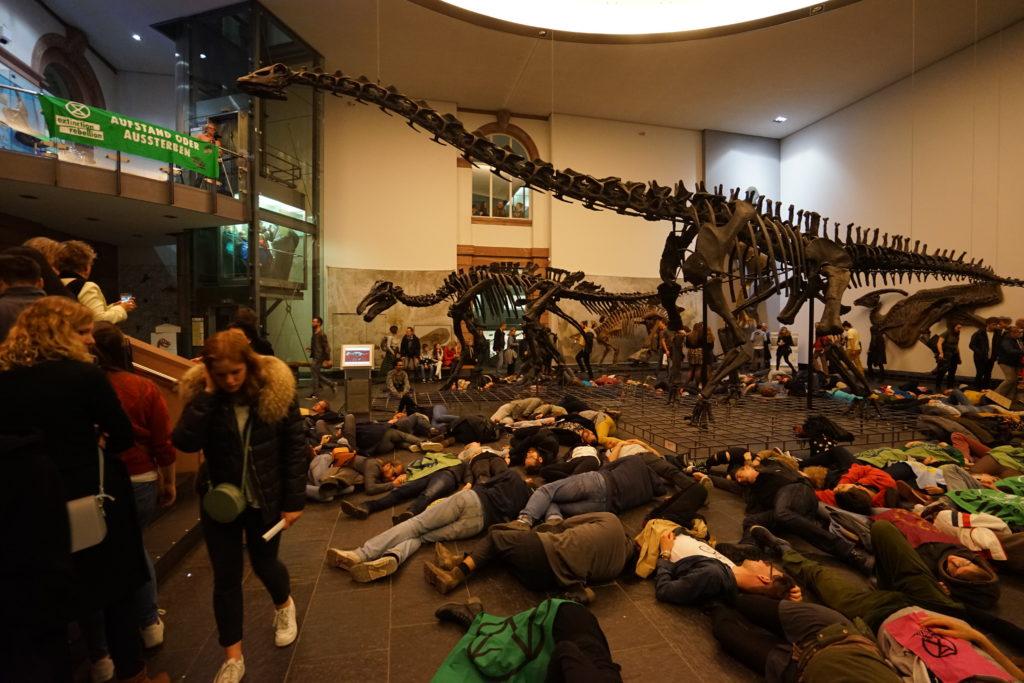 Extinction Rebellion Klimawandelaktion im Senkenbergmuseum Frankfurt